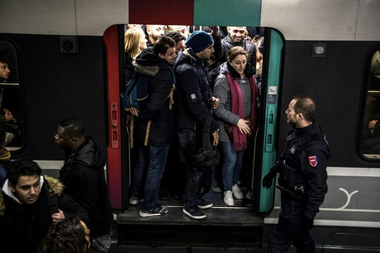 ادامه اعتصابات فرانسه ، اختلال در مترو و مدارس ، معترضان: ادامه می دهیم