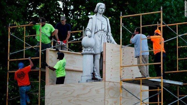 مجسمه کریستف کلمب علیرغم تهدید ترامپ به زیر کشیده شد، عکس