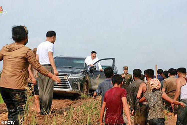 کیم جونگ-اون سفیدپوش سوار بر شاسی بلند لاکچری ، بازدید رهبر کره شمالی از مناطق سیل زده